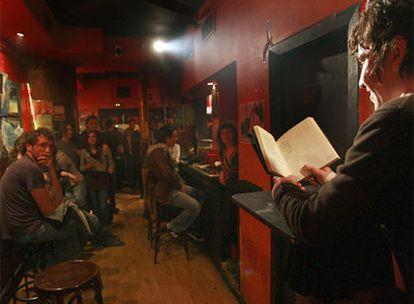 Un hombre lee un poema en el Bukowski Club.