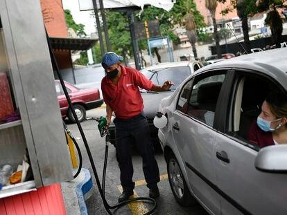 Un trabajador carga gasolina en una estación en Caracas, Venezuela, el 25 de mayo.