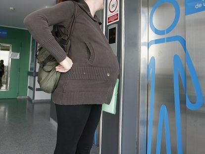 Una mujer embarazada espera el ascensor en el  Hospital del Sureste en Arganda del Rey (Madrid).