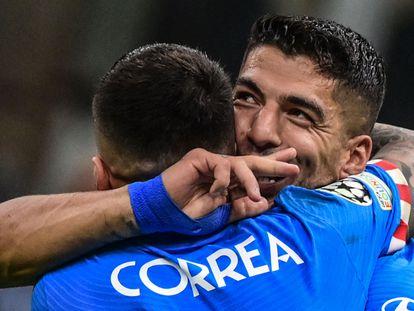 Luis Suárez celebra el gol de la victoria junto a Correa.