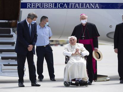 Benedicto XVI, el pasado 22 de junio en el aeropuerto de Múnich, poco antes de su regreso al Vaticano.
