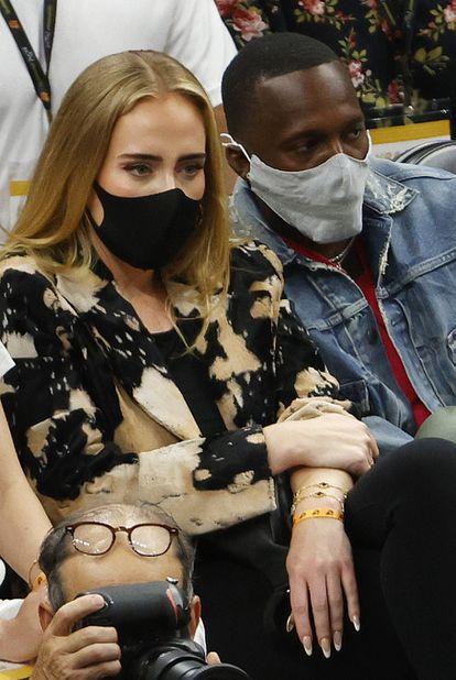 Adele y Paul Rich en un partido de la NBA en Phoenix, Arizona, en julio de 2021.