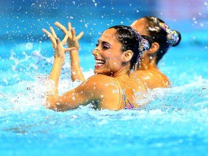 La nadadora artística mexicana Nuria Diosdado y su compañera, Joana Jiménez.