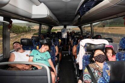 De regreso a Madrid el sábado por la tarde, los pasajeros del Bus Playero Viajero caen rendidos en sus asientos.