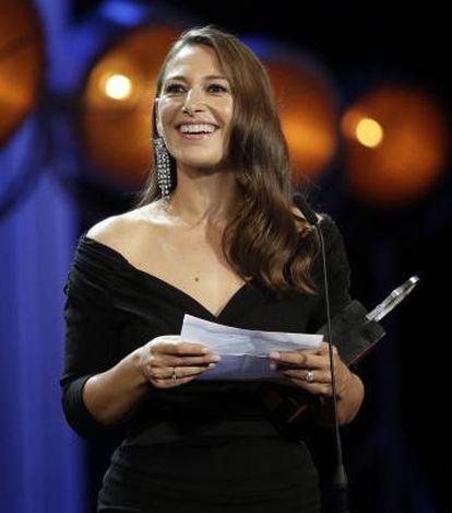 La actriz Pia Tjelta agradece su Concha de Plata por 'Blind Spot'.