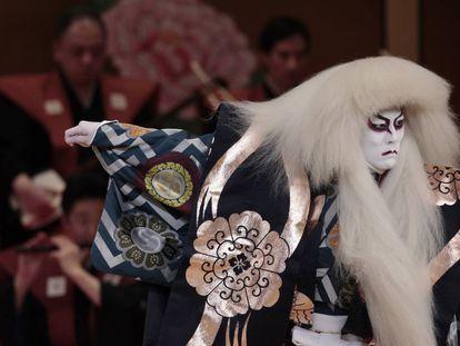 Uno de los actores de la obra de teatro kabuki 'Ruji Musume / Rejinshi'.