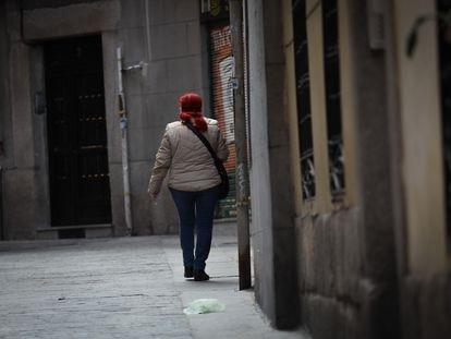 Una mujer paseo por una calle de Madrid durante el estado de alarma, a primeros de mayo.
