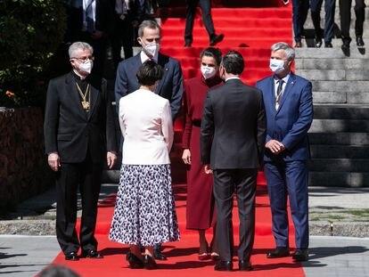 Los Reyes este jueves al ser recibidos en Andorra La Vella por el jefe de Gobierno andorrano, Xavier Espot, por la síndica general, Roser Suñé (en la imagen, delante de los Reyes), por el arzobispo de la Seu d'Urgell y copríncipe de Andorra, Joan-Enric Vives (izquierda); y por Patrick Strzoda (derecha), representante del otro copríncipe del país, el presidente francés.
