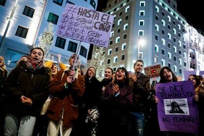 Un grupo de personas participa en la marcha del 8-M, este año en Madrid.