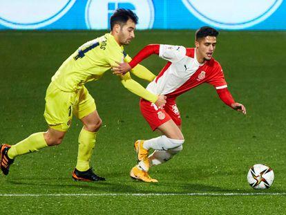 Bueno, del Girona, se escapa de Trigueros durante el duelo contra el Villarreal.