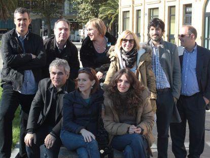 Bernardo Atxaga (abajo a la izquierda) junto a miembros del reparto y la dirección de El hijo del acordeonista en San Sebastián.