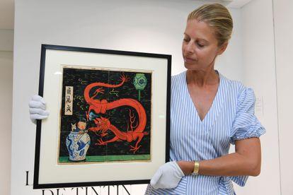 La directora de la galería monegasca en la que se va a subastar el dibujo posa con la obra de Hergé.