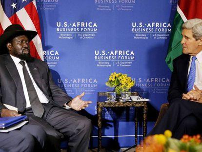 El presidente de Sudán del Sur, Salva Kiir, habla con el Secretario de Estado, John Kerry, en la reunión U.S.-Africa Business Forum en Washington, el 5 de agosto. REUTERS/Jim Bourg