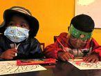 Dos niños asisten a clase, el 10 de marzo de 2021, en San Pablo de Tiquina, una pequeña población en las orillas del lago Titicaca (Bolivia). La educación durante la pandemia se ha convertido en un desafío en Bolivia por las carencias y contrastes del modelo a distancia.