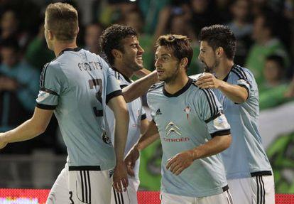 Rafinha felicita a Nolito por su gol.