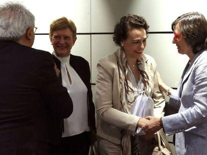 La ministra de Trabajo, Migraciones y Seguridad Social, Magdalena Valerio, saluda a la consejera andaluza de Justicia e Interior, Rosa Aguilar.