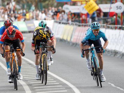 Ion Izagirre (derecha), en el 'sprint' este jueves en la cuarta etapa de la Itzulia, con llegada en Hondarribia.