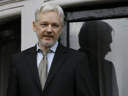 Julian Assange, fundador de Wikileaks, en el balcón de la Embajada ecuatoriana en Londres.