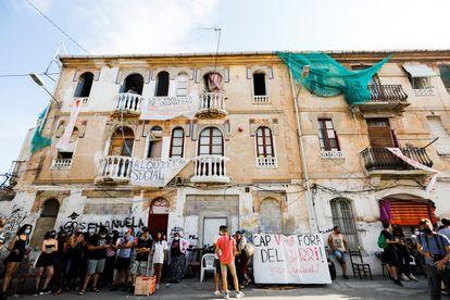 Protesta en contra del desalojo de dos inmuebles de la calle de Manuel Arnau, en Valencia.