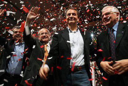 Zapatero, entre Montilla (a su derecha) y Borrell, en el mitin del PSC en Lleida.