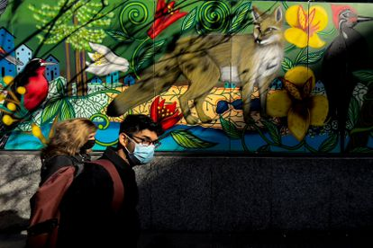 Ciudadanos con mascarilla pasean por el centro de Santiago de Chile (chile) el pasado 3 de junio antes de volver a entrar en cuarentena.