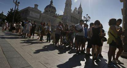 Turistas esperan delante de la Catedral de La Almudena para entrar en el Palacio Real.
