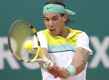 Rafael Nadal da un golpe de revés durante su partido victorioso contra Juan Ignacio Chela.