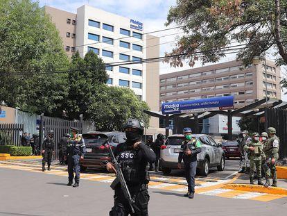 Miembros de la policía de Ciudad de México y del Ejército vigilan el hospital donde es intervenido Omar García Harfuch, jefe de la policía local.