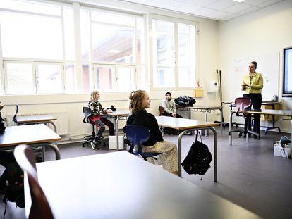 La primera ministra danesa, Mette Frederiksen, habla con estudiantes de un colegio de Copenhague el día de la reapertura de las escuelas, la semana pasada.