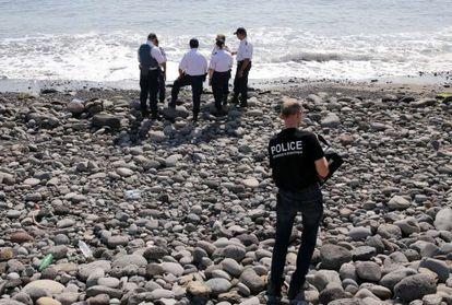 Varios policías inspeccionan un objeto metálico hallado en la playa de Saint-Denis, en la isla de Reunion, el 2 de agosto.