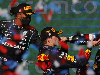 Verstappen celebra la victoria en el podio, con Hamilton a la izquierda de la imagen.