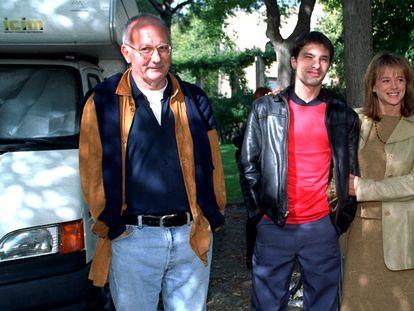 Desde la izquierda, Mario Camus, los actores Olivier Martínez y Emma Suárez, y el escritor Eduardo Mendoza, en el rodaje de 'La ciudad de los prodigios', en 1998.