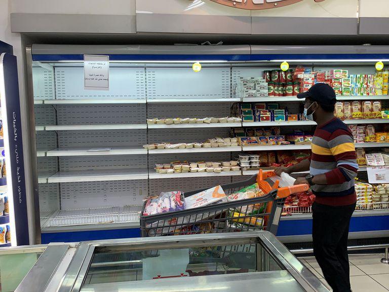 Un cliente pasa ante un frigorífico del que se han retirado los productos franceses en un supermercado de Kuwait, este lunes.