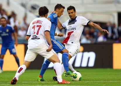 Özil, lucha con Maxwell y Motta