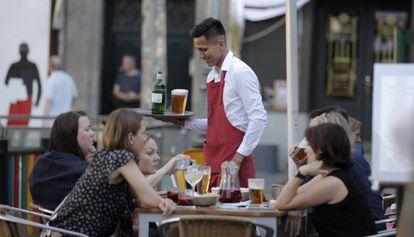 Un camarero latinoamericano en un bar de Madrid.