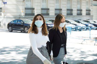 La exasesora de Podemos Dina Bousselham (izquierda), a su llegada a la Audiencia Nacional la semana pasada.