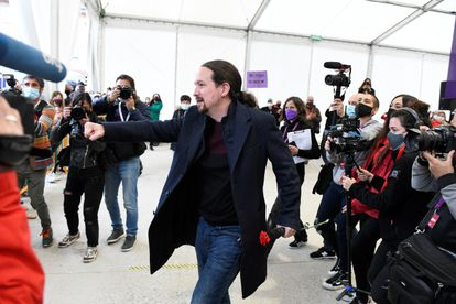 The candidate of United We Can, Pablo Iglesias, with the press in a campaign event held in Collado Villalba.