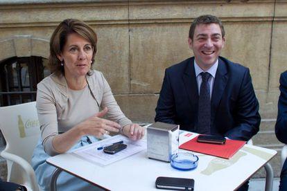 La presidenta de Navarra, Yolanda Barcina, y Roberto Jiménez, del PSN.