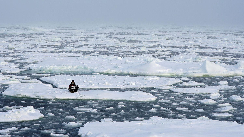 """La activista medioambiental Mya-Rose Craig, de 18 años, sostiene una pancarta con el lema """"Youth strike for climate"""" (los jóvenes en huelga por el clima) en medio de un océano Ártico que entonces, 20 de septiembre, debería estar completamente helado."""