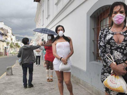 Las beneficiarias de los kits de comida, en el centro de Quito, respetan los protocolos de seguridad que se han impuesto durante la pandemia.