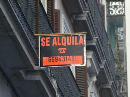 Un anuncio de alquiler de vivienda, en una imagen de archivo.