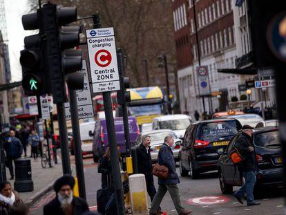 """Una señal avisa de la zona en la que se aplica la """"tasa de congestión"""" de Londres."""