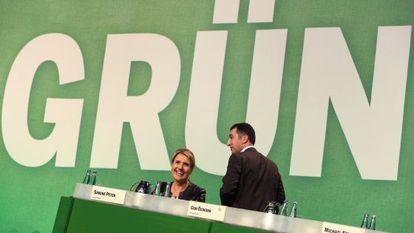 Simone Peter y Cem Özdemir, copresidentes de Los Verdes, en Hamburgo.