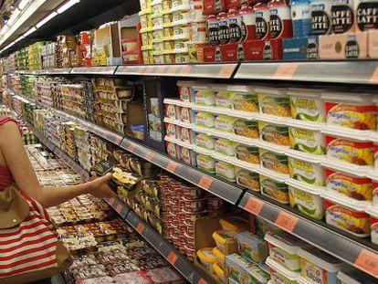Postres y margarinas en un expositor de un hipermercado Mercadona