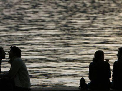 Dos parejas junto al lago de Zúrich.