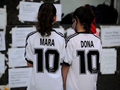 Dos niñas frente a la clínica en donde Maradona fue operado de un edema cerebral, a inicios de noviembre.