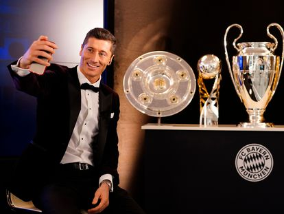 Lewandowski posa con los trofeos de 2020