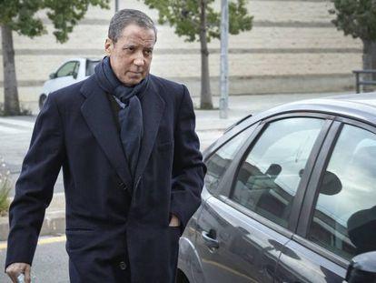 Eduardo Zaplana, en feberero, al llegar a los juzgados de Valencia. En vídeo, un testaferro y las agendas ponen contra las cuerdas a Zaplana.