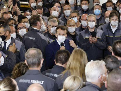 El presidente francés, Emmanuel Macron, durante una visita a una fábrica de coches eléctricos de Renault, en Douai, este lunes.