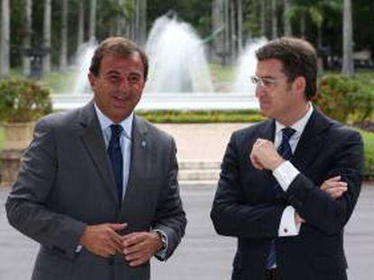 El  presidente en funciones de la Xunta, Alberto Núñez Feijoo, conversa con el conselleiro de Economía en funciones, Javier Guerra (i), tras el encuentro que Feijoo ha mantenido con el gobernador de Río de Janeiro Sérgio Cabral, en el Palacio Guanabara de Río de Janeiro.